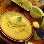 金魚CAFE - カレーセット。奥は友達の頼んだおかゆ