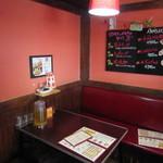 太陽のトマト麺 - 壁は赤色。レトロチックな店内。