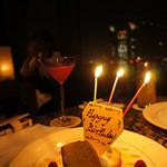 ピーク・ラウンジ - 「今日、誕生日なんです」とスタッフの方に伝えたら、デザートに「ハッピーバースディ」のチョコが。ささやかな優しさが嬉しいです