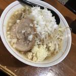 Kaeru - ラーメン 730円 ニンニク玉ねぎ生卵