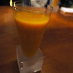 春秋ツギハギ - 100%ジュースには氷が入っていない。代わりに容器が持続的に冷えているものが使用されている。