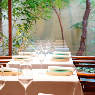 【テーブル席】木のぬくもり感じる洗練された空間の中、ゆったりとフレンチを…。