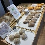 ベーカリー ワンカラット - 料理写真:総菜パンもあります