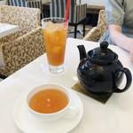 サロン・ド・テ・プレジール - こだわりの紅茶も豊富にあり、温かい紅茶はポットでいただけます。2杯分たっぷり(*^◯^*)
