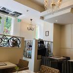サロン・ド・テ・プレジール - 小さなシャンデリア、鏡面のテーブル、猫脚。アイアン。品があるデコラティブなインテリア。