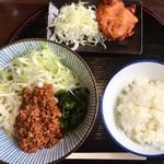 豚彩食堂 よらく - 料理写真:「日替わりランチ(ジャージャー麺&鶏の唐揚げ&ライス)」@800