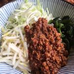 111028338 - ジャージャー麺の肉味噌はピリ辛で、山椒の香りが中々いいです。シャキシャキネギもいい食感。