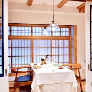 【半個室】半個室のお部屋は当店の特等席。格子ガラスの扉を開閉出来ます。
