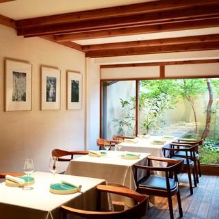 【テーブル席】ディナータイムは美しい坪庭がライトアップされ幻想的です。