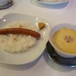 百屋 - チーズカレーにソーセージトッピング