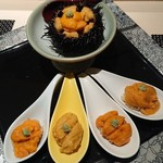 111040562 - 雲丹5種食べ比べ。上は岩手 紫雲丹、左から雄武町、利尻礼文、天売島、根室。