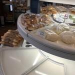 スタジオ ブレ - 中央のパン陳列棚は懐かしい雰囲気