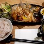 リリーズカフェ - 料理写真:本日のランチ お魚ランチ (ぷりぷりエビとカジキの春巻き)