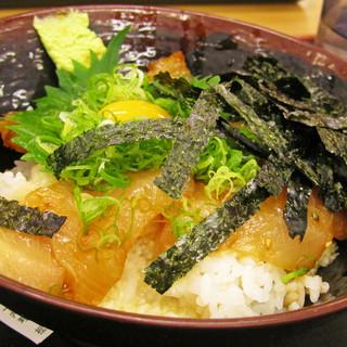 とれとれ横丁 - 料理写真:堅田丼。鯛とハマチの漬け、とろろが乗った丼。