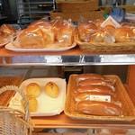 虹工房のパン屋さん - パンの並ぶ棚