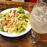 イタリアン酒場エビデイミートナイト - エビとアボカドのサラダ