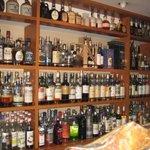 Bar 珠玉 - 棚にはウイスキーがぎっしり!