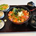 海鮮蔵 魚魚魚 - 鮪とサーモンのバラちらし丼