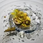 111105997 - ジュランソン産フォアグラのテリーヌ スイートコーンとヤングコーン ヤングコーンのヒゲ コーンのクルトン 白ワインのジュレ