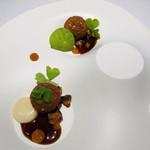 111105998 - 軍鶏と杏子 川俣シャモ コンフィのクロケット ジロール茸 ニンニクのソース 杏のジュレ 鶏出汁のソース