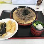 うどん処高峯 - 料理写真:暫く待つと注文したざるそばとてんぷらの出来上がり。