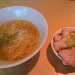 111117697 - 相棒の「朝らー定食(かけそば+チャーシュー丼)」(¥650-税込)が登場しました。うっわぁー綺麗だ!