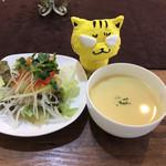 洋食キッチン cocoro - 最初にサラダと冷製サラダ ※あらびきハンバーグ和牛100%1609 1,080円(税込)