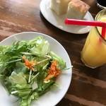 ペスカッペ - セットのドリンク・サラダ・パン