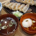 肉汁餃子のダンダダン - 定食には、スープ感覚の澄まし汁と温泉玉子が付いています。