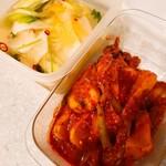 丸萬商店 - 料理写真:左、白菜の水キムチ 右、チョンガクキムチ