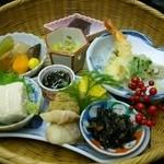 割烹旅館 二葉 - 竹篭に入って出てきた料理