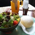 季節の台所 ロンヌ - 料理写真:こもりサラダ150円、白パン150円