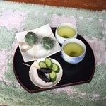丸山菓子店 - 外のテーブルで食べる時はこんな感じで提供して下さいます!