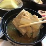 ひら田 - 味噌汁の具材も多い