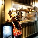 ザ・エヌビーベーカリー - アメリカン(?)な人形が目印