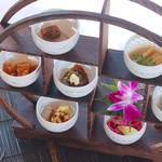 燕 ザ ガーデン - 料理写真:季節の珍品棚にはクラゲから四季折々の一口前菜