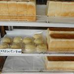 萱沼製パン - サンドイッチ以外はメロンパンと食パンのみというラインナップ