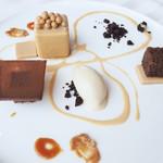 111230685 - ブロンドチョコレートのキューブ トンカ豆のジェラート カカオのビスコット ピーナッツのプラリネ