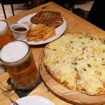 111230857 - 海の幸のピザ(Pizza Frutti de Male)RM16.50、ポークチョップRM12.50、ひんやり冷たいカールスバーグ(Frozen Mug)RM10.95