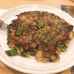 七福 - 料理写真:牛すじとネギのお好み焼き
