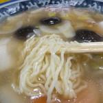 111239262 - 縮れ麺に美味いスープが絡むだよ