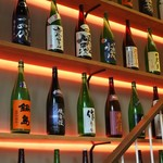 Soba&Co. - 階段沿いに日本酒がいっぱい