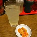 ホワイト餃子 - レモンサワーと定食に付属のキムチ
