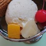 国登録有形文化財 モダン亭太陽軒 - ウェハースと赤いさくらんぼがついたアイスクリーム