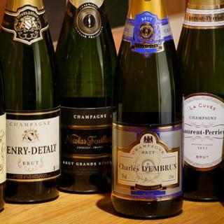常時5種以上のシャンパンがグラスで飲めます♪