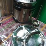 クンビラ - 奥の寸胴はスープ