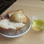 111272277 - 食べ放題のパン・オリーブオイル