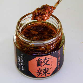 8種類の薬味を配合した、餃子の味を引き出す自家製ラー油