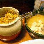 博多三社塾 - テーブルに置かれた辛子モヤシとニンニク