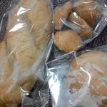 11130316 - この3つで500円 パンが汗かいてるぜ